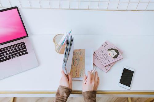 Kostenloses Stock Foto zu arbeitsplatz, desktop, journal