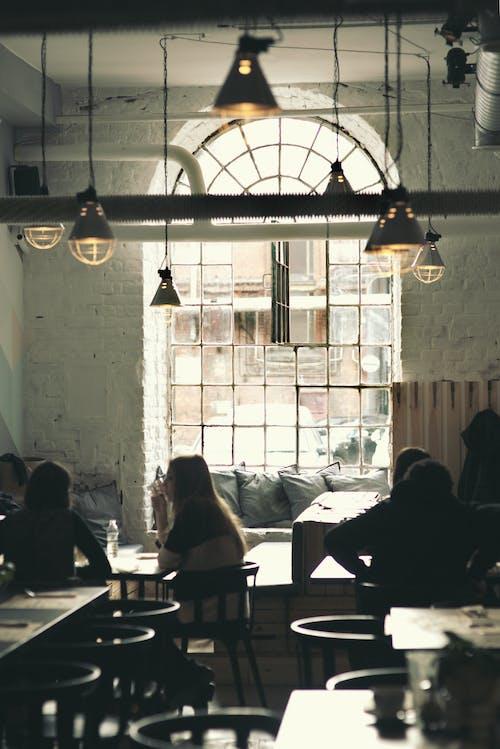 Darmowe zdjęcie z galerii z konwersacja, lampy, ludzie, restauracja