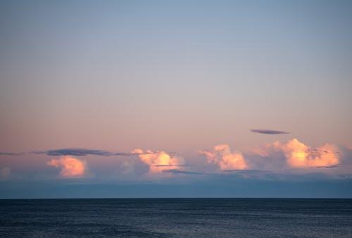 多雲的天空,蕩漾著海