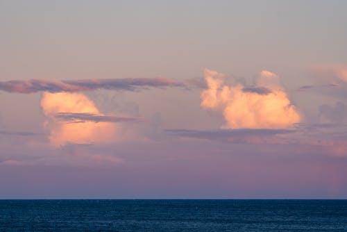 白雲在平靜的海面
