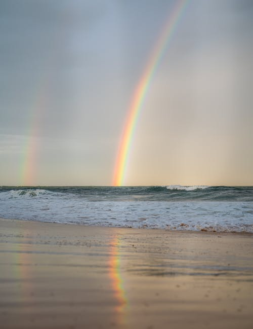 彩虹在大自然中挥舞着大海