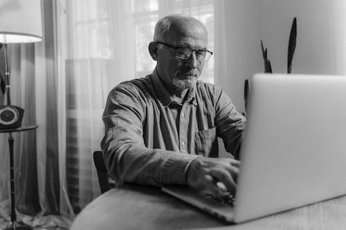 Kostenloses Stock Foto zu alter mann, brille, brillen