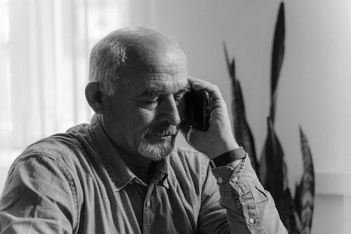 Foto stok gratis berbicara di telepon, dewasa, grayscale