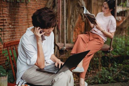 Mulheres Asiáticas Concentradas Sentadas No Jardim Durante O Dia