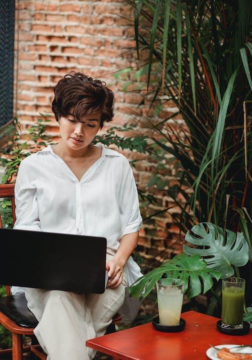 Mujer Asiática Pensativa Con Laptop En Café