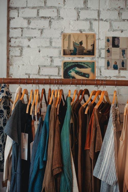 Различная одежда на стенде в магазине одежды