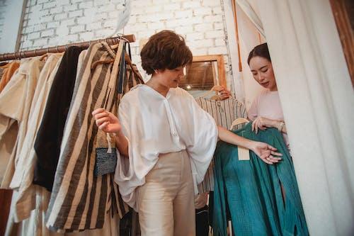 Zelfverzekerde Aziatische Vrouwen Die Kleren In Modern Atelier Kiezen