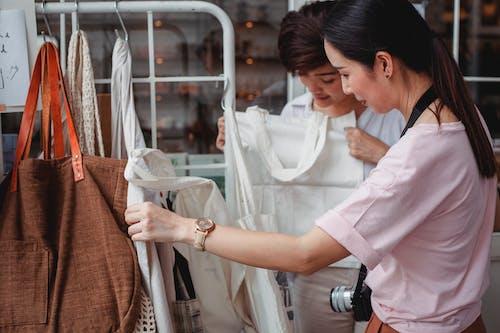 Trendy Jonge Aziatische Vrouwen Die Katoenen Zakken In Modeboetiek Kiezen