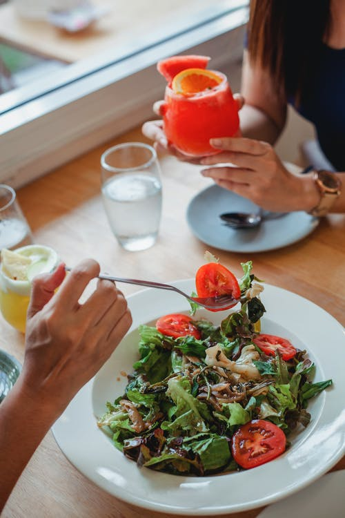 莊稼人在餐廳吃沙拉