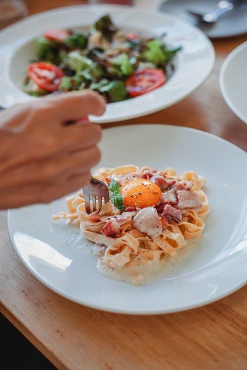 Persona De Cultivo Comiendo Espaguetis Con Tenedor