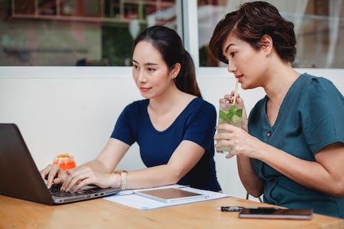 Mujeres Asiáticas Concentradas Trabajando En Un Portátil En El Café