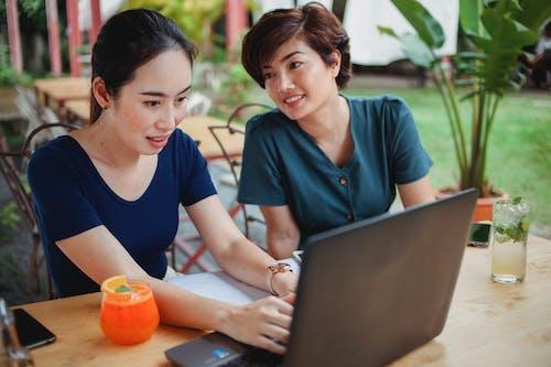 Las Mujeres Asiáticas Que Trabajan De Forma Remota En El Café