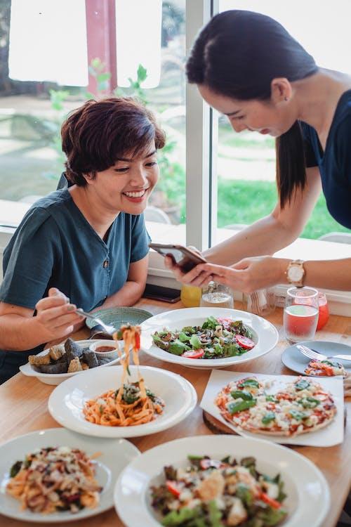 레스토랑에서 저녁을 먹고 아시아 여성