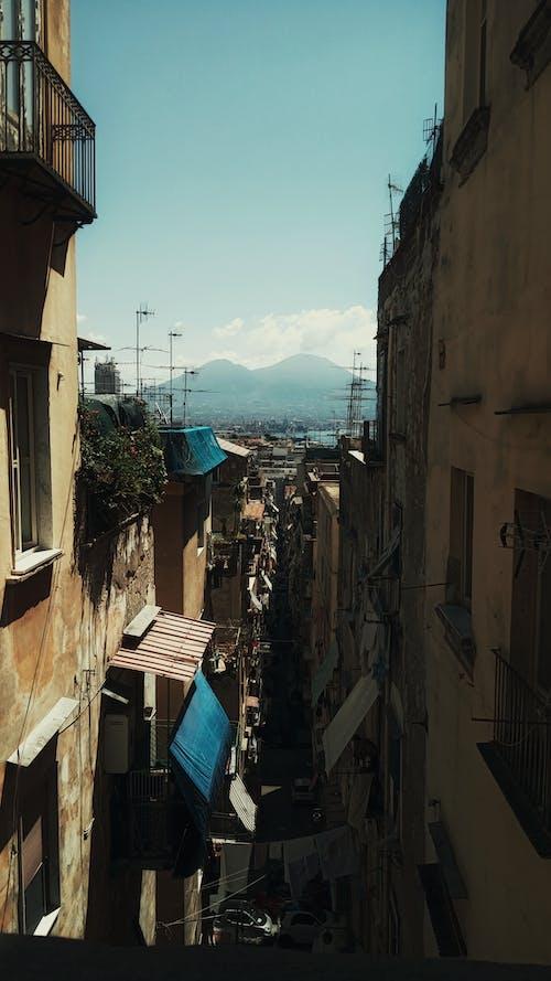 Бесплатное стоковое фото с Аллея, архитектура, бедствие, бельевая веревка