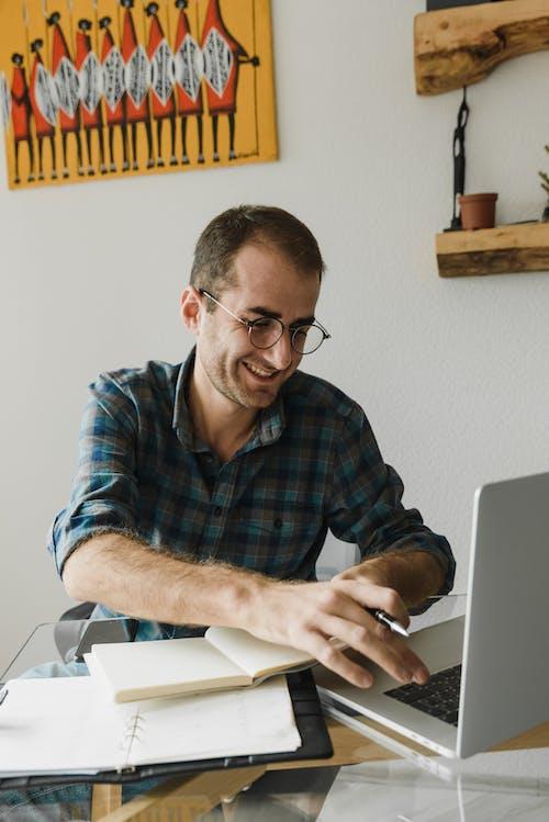 穿著黑色鏡框眼鏡的藍色格子襯衫的男人