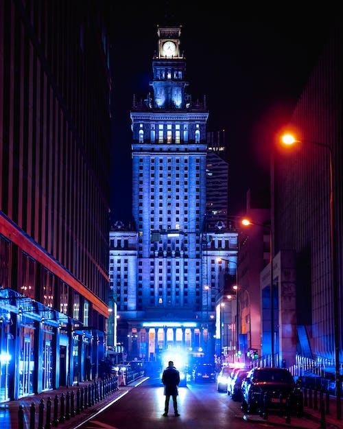 Menschen, Die Während Der Nacht Auf Der Straße Gehen