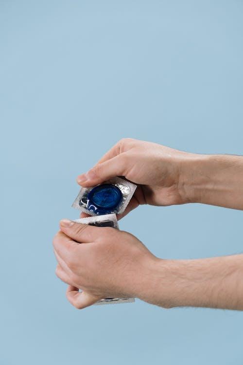 Gratis lagerfoto af berøring, beskyttelse, blå baggrund, elektronik