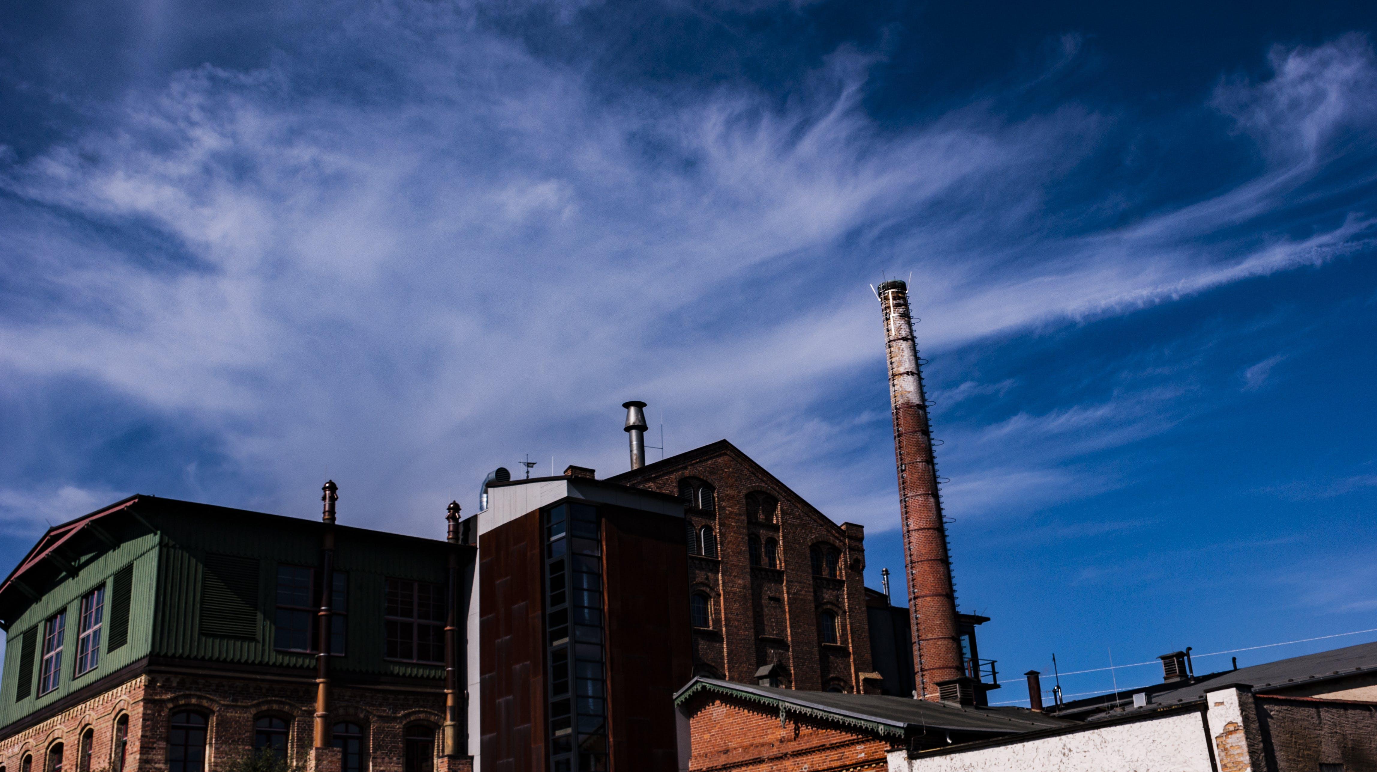 Kostenloses Stock Foto zu alte fabrik, blauer himmel, fabrik, produktion