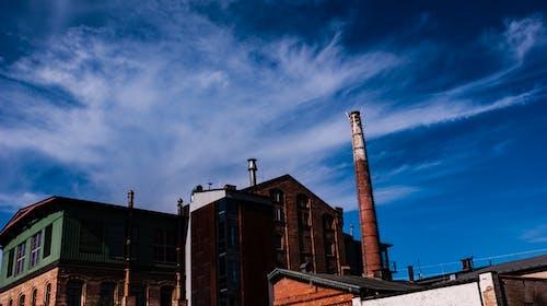 Ilmainen kuvapankkikuva tunnisteilla savupiiput, sininen taivas, tehdas, tuotanto