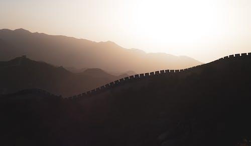 Photos gratuites de aube, brouillard, colline, coucher de soleil
