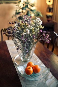 Table decor: flowers & oranges