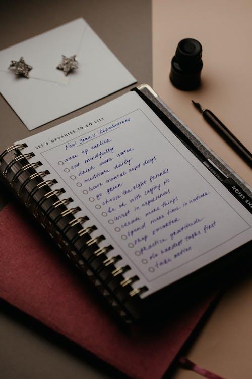 Pena Hitam Di Notebook Putih