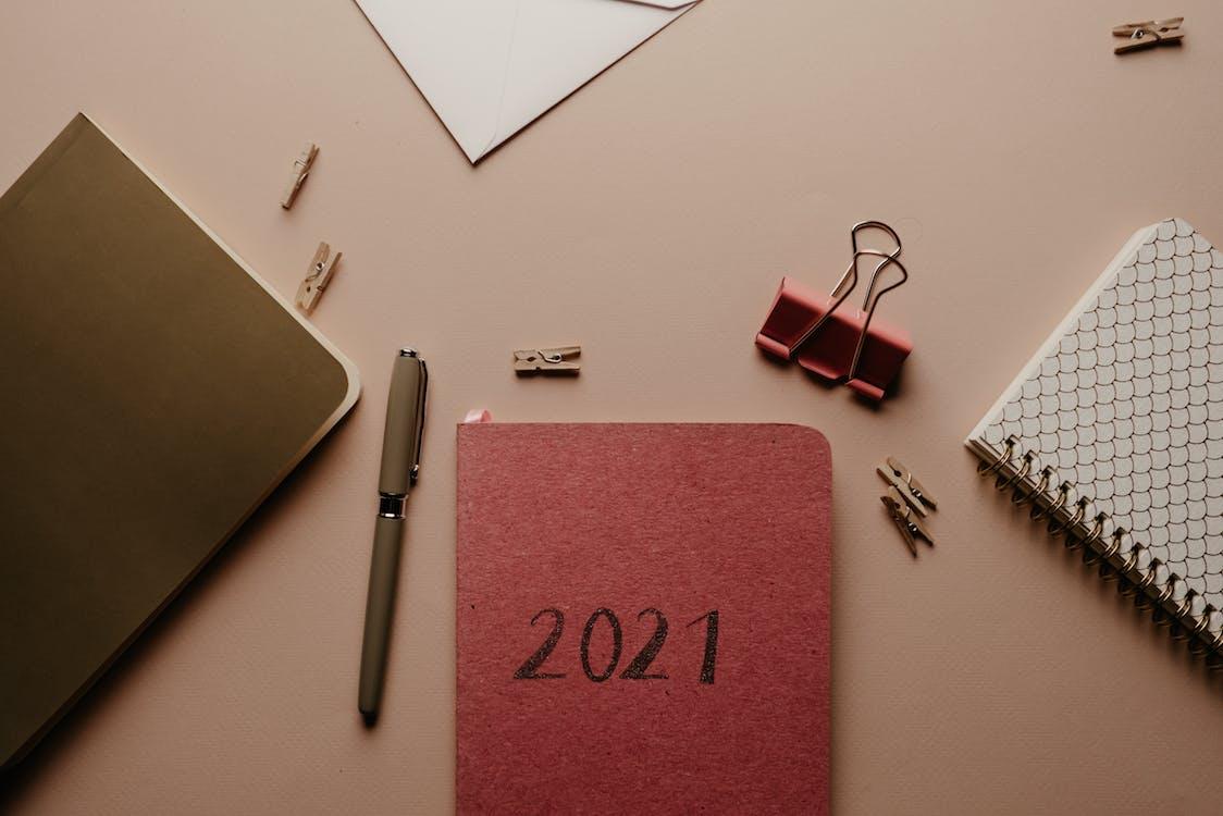 Organizador Rosa 2021 Con Material De Oficina En La Mesa