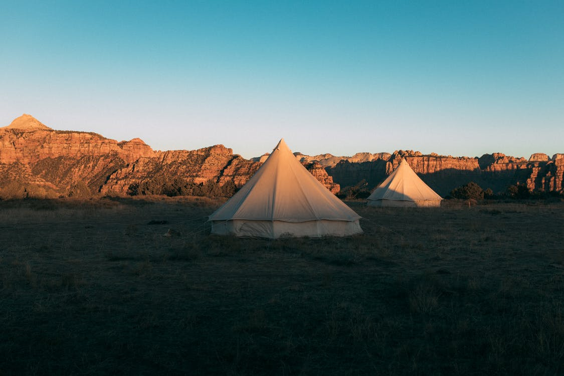 ブラウンフィールドの白いテント