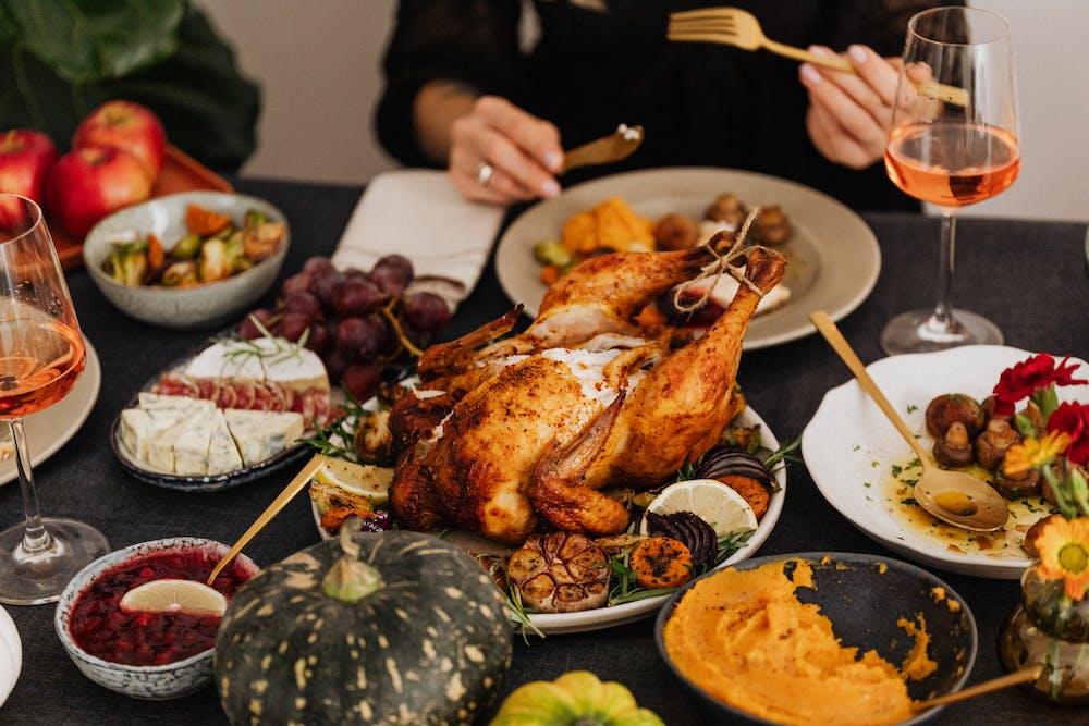 Group of people having dinner. | Photo: Pexels