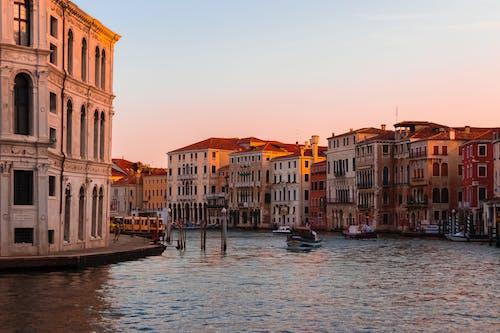 Gratis lagerfoto af arkitektonisk, arkitektur, båd, by