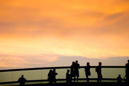 Gratis lagerfoto af bro, brændende himmel, Canon, folk