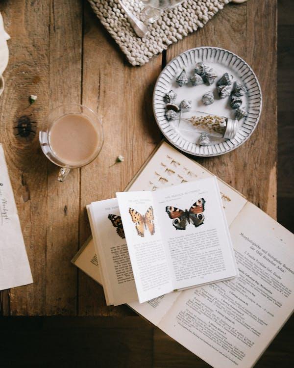 Weißes Druckerpapier Neben Weißer Keramikrundplatte Auf Braunem Holztisch