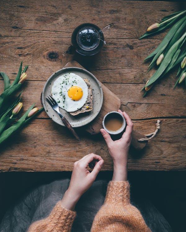 Person, Die Weißen Keramikbecher Mit Kaffee Hält