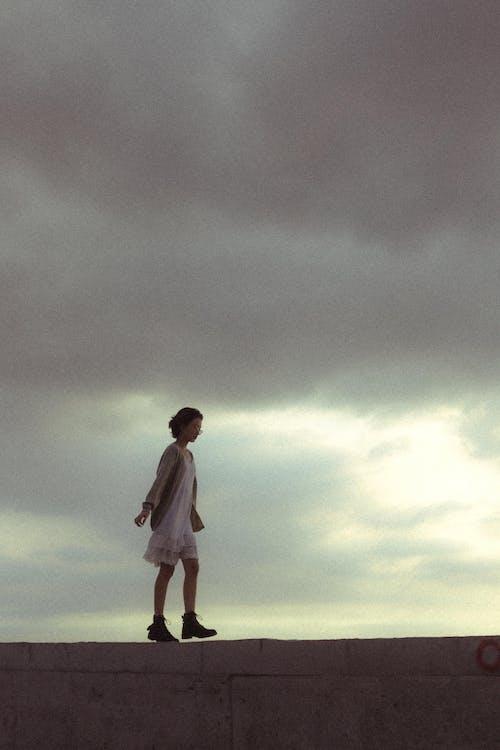 Immagine gratuita di camminando, camminare sulla spiaggia, cielo