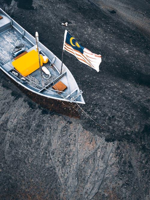 Foto d'estoc gratuïta de a l'aire lliure, aigua, bandera, barca