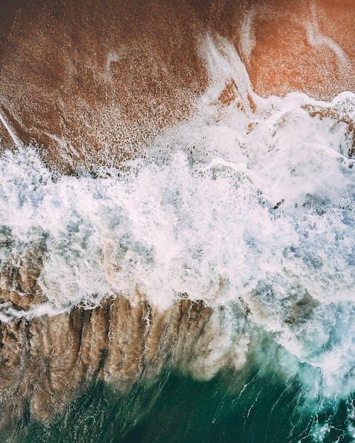 Sóng Mạnh Mẽ Bọt Rửa Bờ Biển Cát