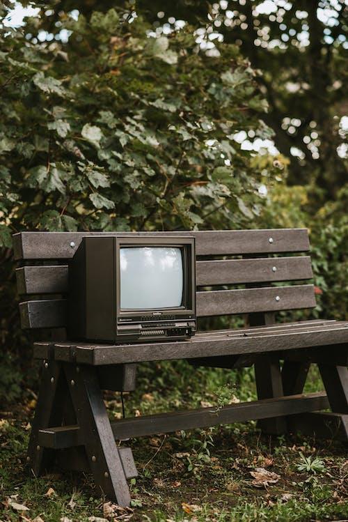 Kahverengi Ahşap Bankta Black Crt Tv
