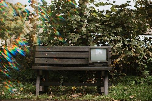 黑色crt电视在棕色的木凳上