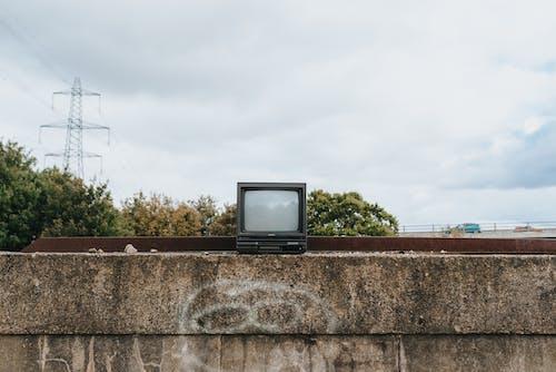 Tv Crt Nera Sul Muro Di Cemento Marrone