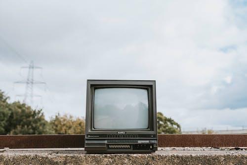 Black Crt Tv Su Suolo Bruno