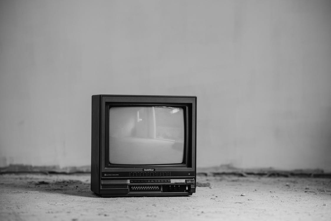 Tv Crt Nera Sul Muro Bianco