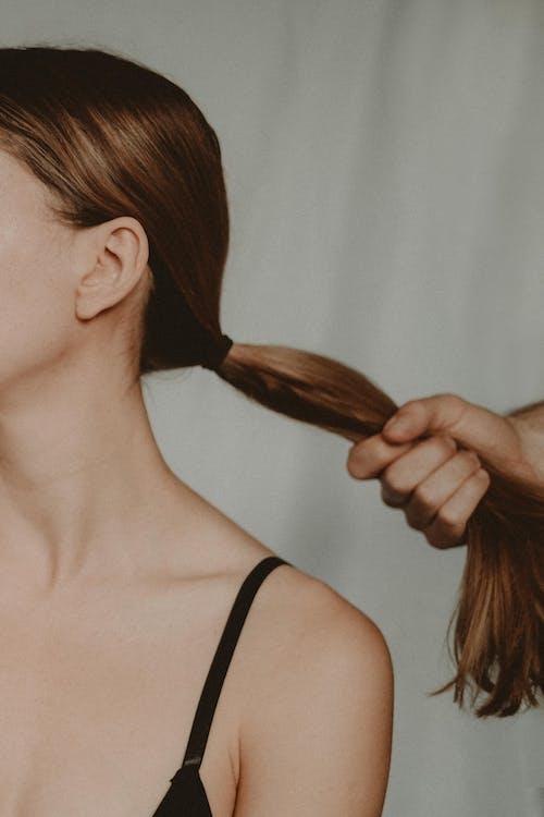 Wanita Dengan Bagian Atas Tali Spaghetti Hitam Memegang Sikat Rambut Coklat