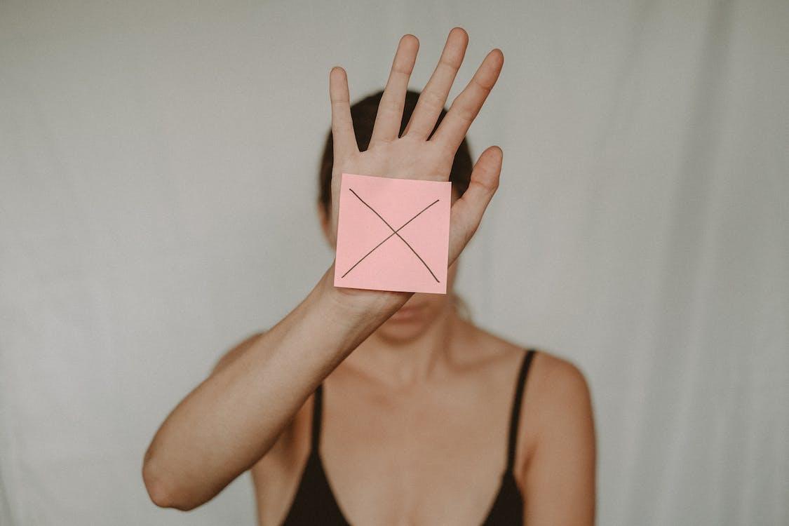 Mujer En Sujetador Negro Con Papel Rosa