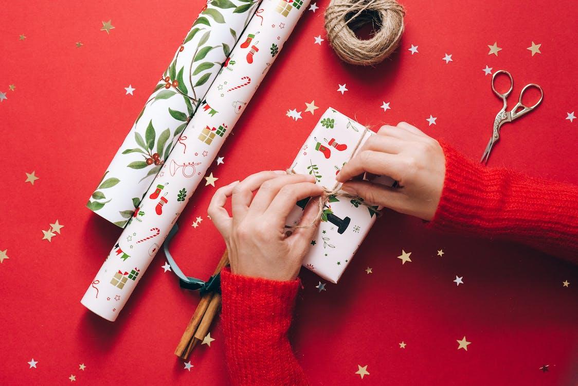 白色和綠色花卉禮品包裝紙