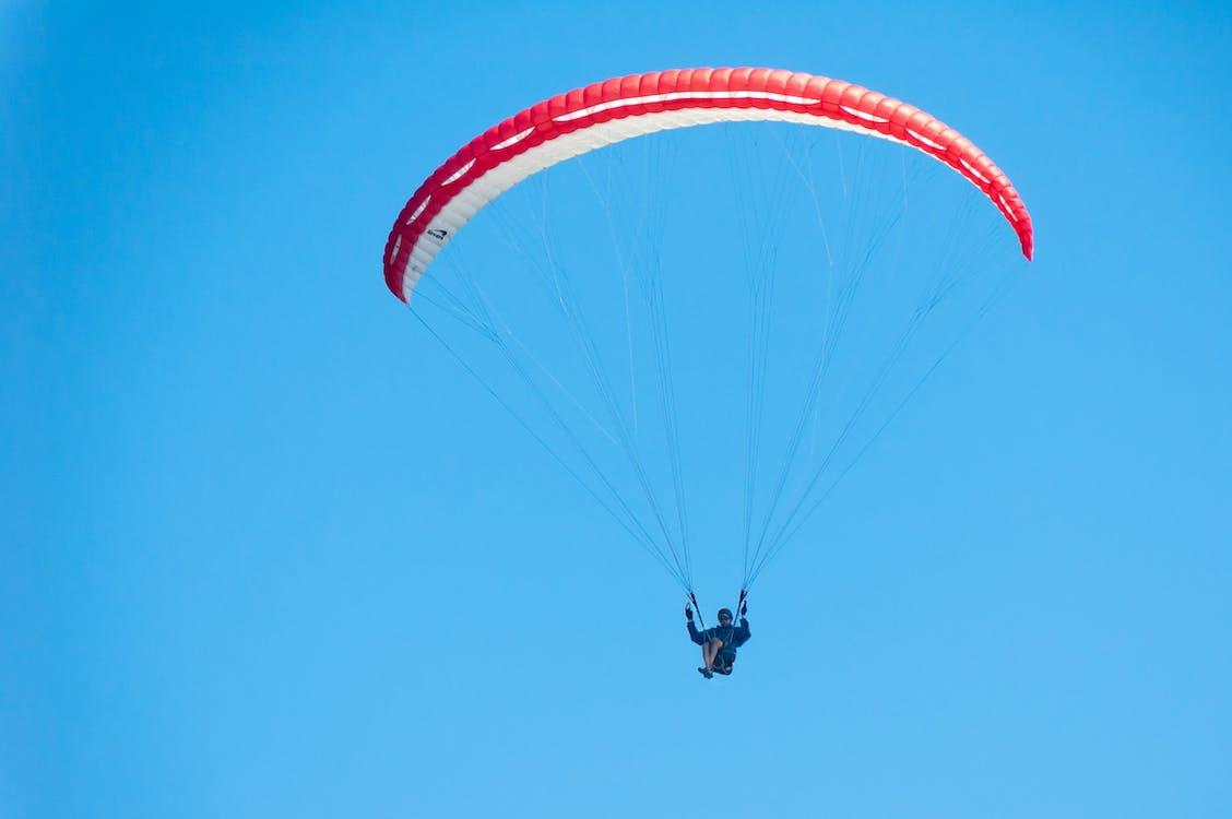 Základová fotografie zdarma na téma červený paraglider, modrá obloha, osoba