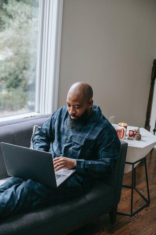 Ernster Schwarzer Mann, Der Zu Hause Am Laptop Arbeitet