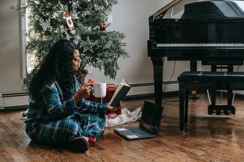afrikalı-amerikalı kadın, Afro, apartman, aygıt içeren Ücretsiz stok fotoğraf