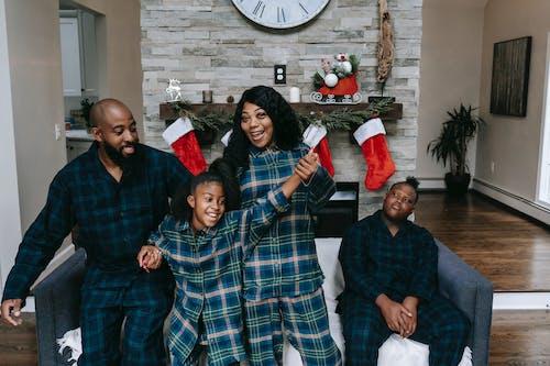 Безкоштовне стокове фото на тему «афро-американської родини, батько, вдома, веселий»