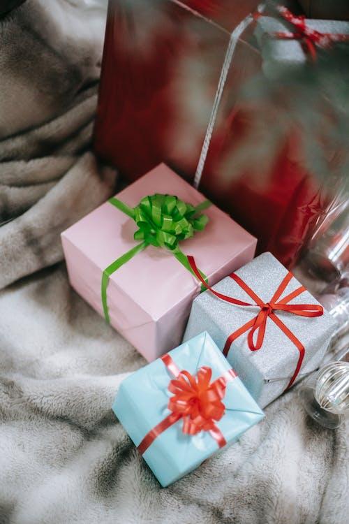 用紙和絲帶包裹的聖誕禮物