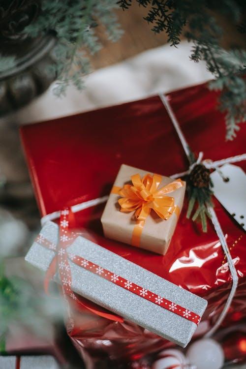 用牛皮紙和絲帶包裹的聖誕禮物